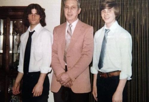 Từ trái sang phải: Paul hồi trẻ bên cạnh bố và em trai Dave. Ảnh: Mirror.