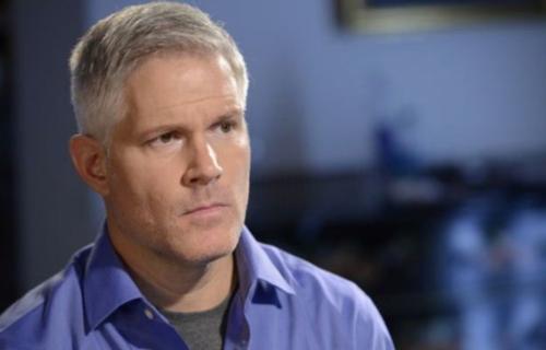 Anh Paul đang nỗ lực tìm kiếm con trai ruột cho bố mẹ nuôi và em gái song sinh của mình. Ảnh: Mirror.