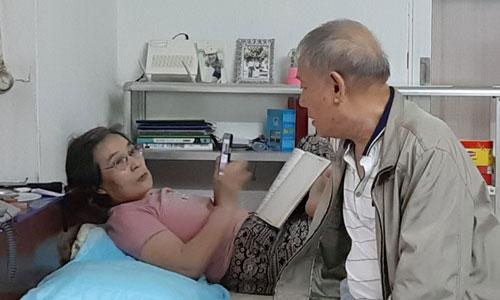Ông Cảnh trò chuyện bằng tiếng Triều Tiên với vợ, bà Ri Yong Hui, khi bà lướt điện thoại xem tin tức, đọc báo về quê nhà và học ngoại ngữ. Ảnh: Nhật Minh.