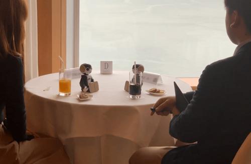 Những chú robot ở trên bàn sẽ thay các đôi trò chuyện với nhau. Ảnh: Soranews24.