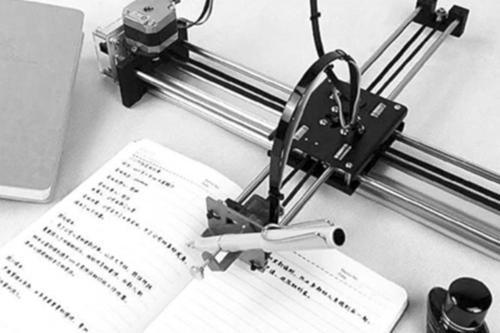 Một trong các loại robot có khả năng viết bài tập về nhà, lựa chọn phông chữ viết tay theo ý người dùng. Ảnh: Thepaper.cn.