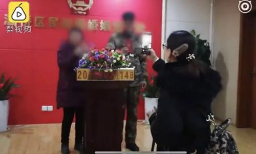 Lễ nhận giấy kết hôn của ông Zhao Jun và người vợ mới ở Cục Dân chính.