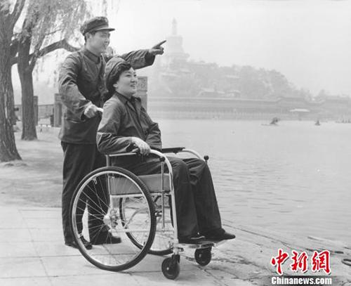Quen nhau qua thư tay, ông Yan đã chinh phục được người trong mộng trong 2 năm kiên trì theo đuổi. Ảnh: China News.