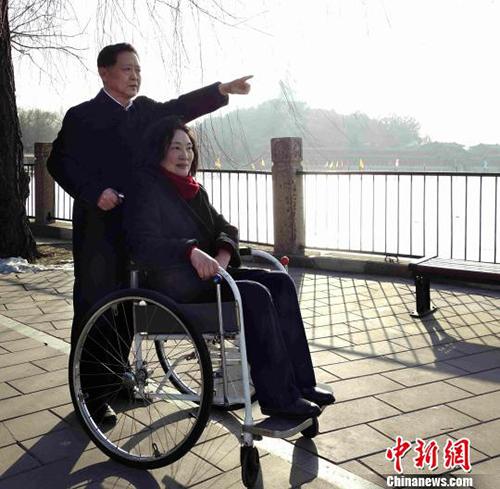 Ông Yan đã làm mọi thứ thay vợ trong hơn 40 năm. Ảnh: China News.