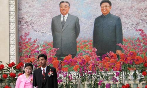 Các đôi sẽ dâng hoa và chụp ảnh trước tượng đài hai lãnh tụquá cố trong ngày cưới. Ảnh: The Guardian.