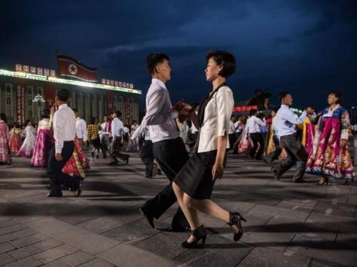 Người trưởng thành ở Triều Tiên thường tìm bạn đời ở những câu lạc bộ xã hội, nơi tổ chức những kỷ niệm. Ảnh: AFP.