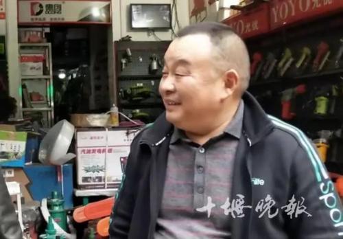 Ông chủ cửa hàng tốt bụng đã cưu mang người vô gia cư. Ảnh: Sina.
