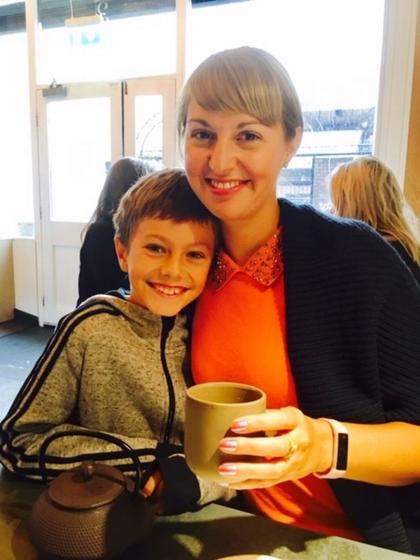 Khi chị Claire McCartan nghỉ việc lương cao để đi làm tại trại dưỡng lão gần nhà, người vui nhất là cậu con trai út vì được ở bên mẹ nhiều hơn. Ảnh: Mirror.