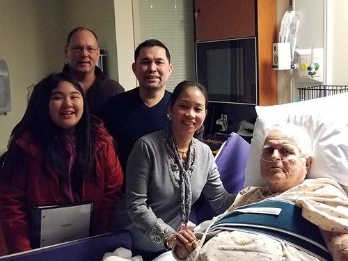 Gia đình anh Nguyen (áo đen), anh Ray Wood, và ông Gardner