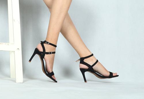 Cũng có giá bán flash sale là 88.000 đồng, mẫu giày sandal cao gót Erosska EM005 làm bằng chất liệu da PU. Sản phẩm có thiết kế trẻ trung, đường nét mềm mại, mang đến cho bạn cảm giác nhẹ nhàng khi di chuyển.