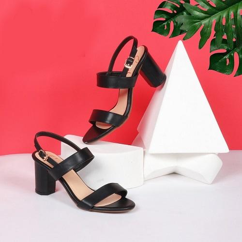 Làm bằng chất liệu da lộn, mẫu giày sandal cao gót Erosska EM003 có giá ưu đãi 188.000 đồng. Giá gốc sản phẩm là 300.000 đồng.