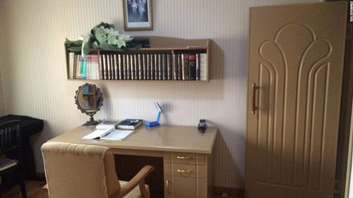 Phòng làm việc đơn giản, sắp xếp ngăn nắp.Chủ nhân căn hộ treo bức ảnh chụp 2 cố lãnh đạo Triều Tiên ở vị trí trang trọng trong phòng.