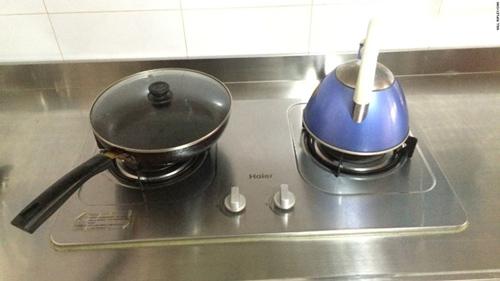 Bếp ga đôi được lau chùi sạch sẽ sau khi nấu nướng.