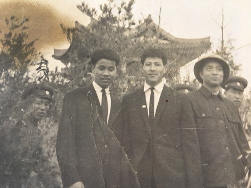 Ông Lê Ngọc Minh (ở giữa) cùng bạn đến thăm nhà của Chủ tịch TriềuTiên Kim Nhật Thành năm 1967.