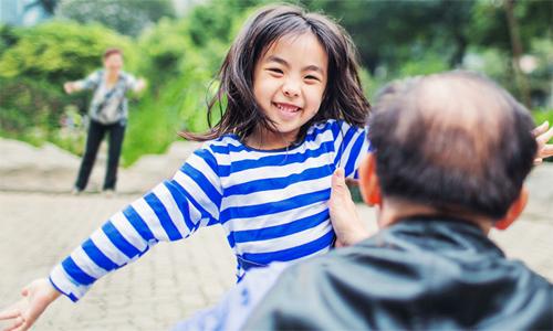 Trẻ cần sự đồng hành của cha mẹ hơn bất cứ điều gì khác. Ảnh: Aifs.