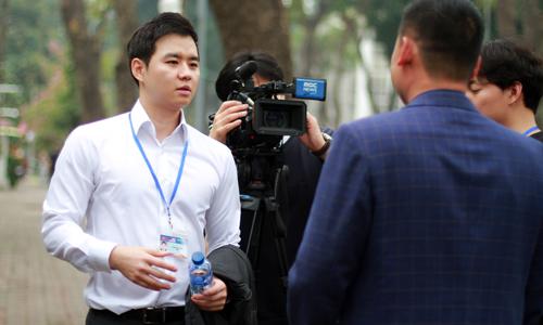 Phát thanh viên Son Ryoung (áo trắng) 35 tuổi và đã làm tại MBC 8 năm. Ekip của anh đang tác nghiệp trên đường Hùng Vương trưa 27/2. Ảnh: Phan Dương.