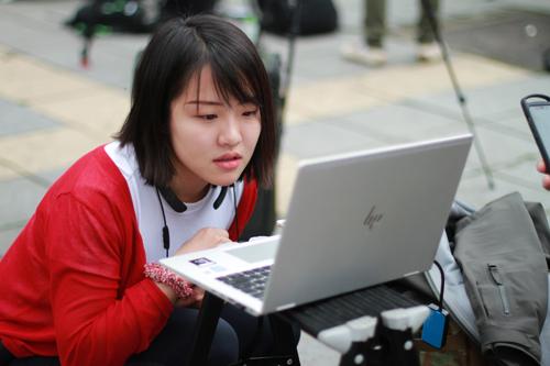Nữ phóng viên Hanna tác nghiệp ngay tại hiện trường bên ngoài Phủ chủ tịch. Ảnh: Phan Dương.