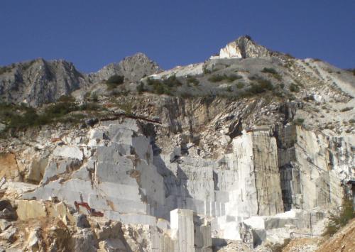 Những dòng đá nổi tiếng có vân là sự pha trộn giữa các gam trên, nổi tiếng như đá cẩm thạch Calacatta tại vùng Carrara Ý,  đá cẩm thạch đen tại vùng Faridabad, Ấn Độ,... Dựa trên lợi thế này, vân đá tự nhiên được chọn lọc đưa vào các thiết kế gạch ốp lát và giữ nguyên vẻ đẹp nguyên sơ của chúng.