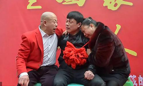 Qin gặp lại bố mẹ đẻ sau hơn 30 năm bị bắt cóc. Ảnh: AsiaWire.