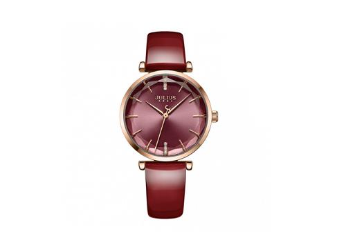 Nổi bật với tone đỏ bordeaux và mặt kính 3D, đồng hồ nữ Julius JA1094 không bị trầy xước trước những va chạm nhẹ trong sinh hoạt hàng ngày. Nhà cung cấp đưa ra mức giá ưu đãi 791.000 đồng, thay vì giá gốc 1,099 triệu đồng.