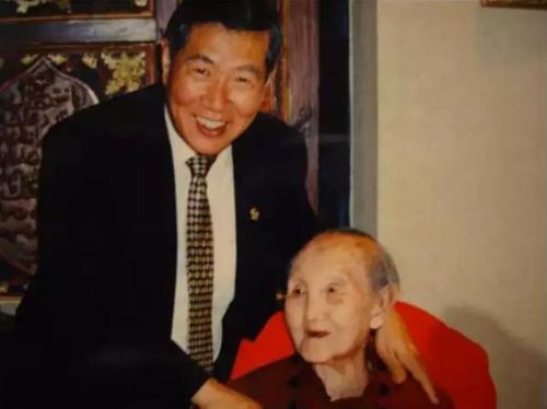 Bà  Wang Shuzhen và con trai Li Changyu - một nhà khoa học pháp y, thám tử lừng danh, được ví với Sherlock Holmes đời thực. Ảnh: Visiontimes.