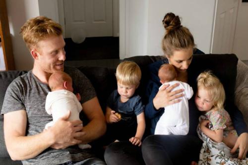 Vợ chồng chị Megan cùng 2 cặp song sinh, gần 2 tuổi và 11 tuần tuổi. Ảnh: Mamamia.