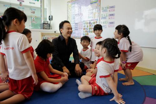 David Chiem và các học sinh trường MindChamps. Ảnh: The Sundaytimes.