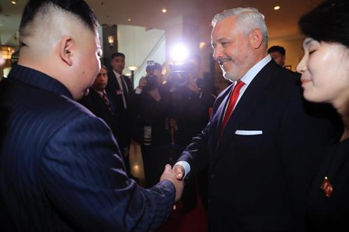 Ngài Kim Jong-un bắt tay Giám đốc khách sạn, nói lời cảm ơn trước khi ra về.