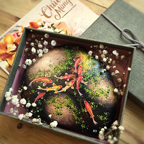 Một bộ quà tranh đá cuội bao gồm hộp quà, phụ kiện trang trí và thiệp mừng. Ảnh: NVCC.