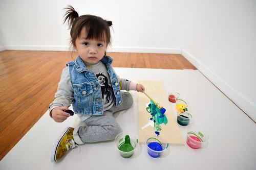 Cô bé 2 tuổi kiếm được nhiều tiền từ những bức vẽ trừu tượng.
