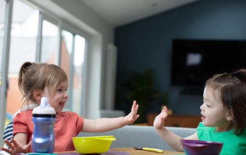 Tommee Tippee thương hiệu Anh chuyên sản xuấtđồ dùng cho mẹ và bé.