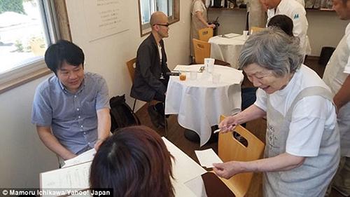 Dù ghi món ăn vào giấy, nhưng đôi khi các bà lại quên mất mình để giấy ở đâu. Ảnh: Yahoo Japan.