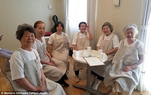 Nhà hàng gây ấn tượng vì nhân viên là những phụ nữ từ 60 tuổi trở lên. Ảnh: Yahoo Japan.