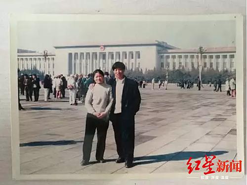 Cha và mẹ Jin. Ảnh: Red star.
