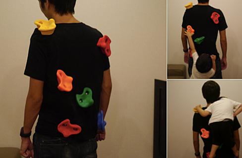 Ông bố Nhật thiết kế áo phông sáng tạo lừa con trai massage