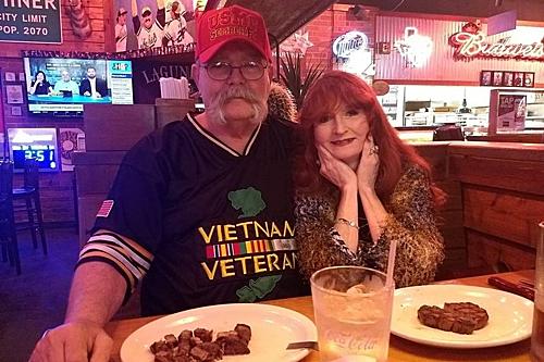 Vợ chồng ông Ron và bà Diana suốt 15 năm nay không nấu ăn ở nhà. Ảnh: Texas Roadhouse.