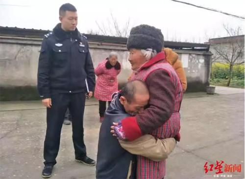 Ông Huang gặp lại mẹ sau 22 năm không nhớ được đường về nhà. Ảnh: Chengdu Commercial Daily.