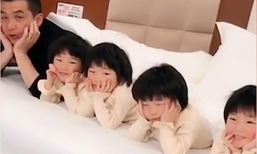 Vẻ dễ thương của 4 bé gái sinh tư thu hút hàng triệu người xem trong các video trực tuyến. Ảnh: SCMP.