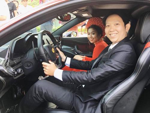 hủ nhân của đám cưới là chú rể Lê Minh Hoàng (SN 1989, quận Phú Nhuận, TP.HCM) và cô dâu Võ Đông Mỹ Nhung (1998, TP. Quy Nhơn, Bình Định).