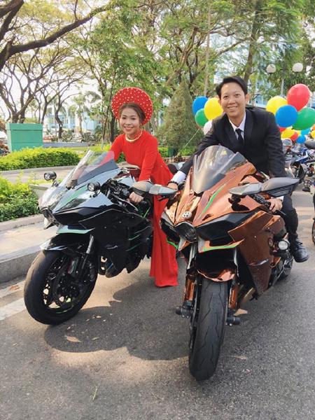 Đoàn xe đều là nhóm bạn của chú hỗ trợ, chứ hai vợ chồng tôi không thuê để làm màu. Khi mọi người ngỏ ý như vậy, chúng tôi cũng vui vì có kỷ niệm đẹp trong ngày cưới, cô dâu Nhung cho hay.