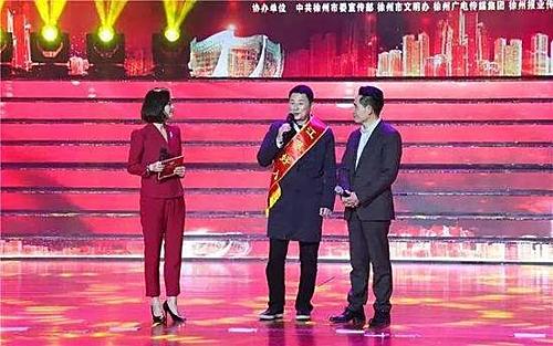 Ông Zhang được vinh danh người tốt và ông Sun từ Tây Ban Nha đã về nước chúc mừng. Ảnh: Chinanews.