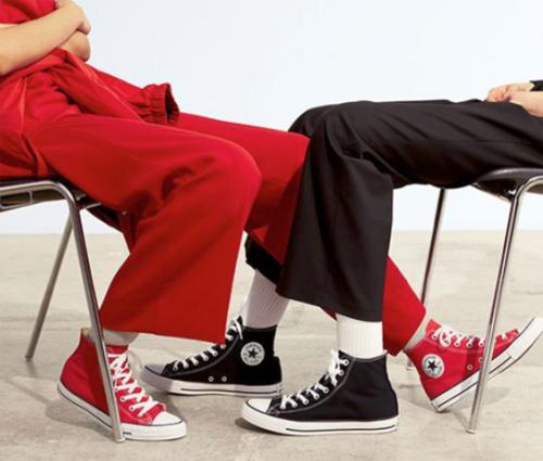 Đa dạng màu sắc, phù hợp cả nam và nữ, Chuck Taylor là một trong những đôi giày được nhiều người ưa chuộng, xem và đặt mua tại đây.
