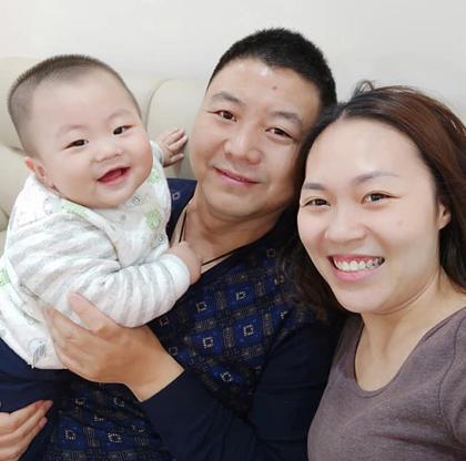 Anh Trấn Vĩ bên vợ và cậu con út, đang sống ở Hà Nội. Ảnh: T. Phương.