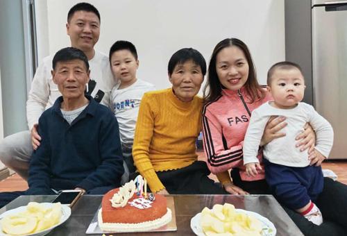 Bố mẹ Nhạc Trấn Vĩ từ Trung Quốc sang Việt Nam thăm con trai dịp tết dương lịch 2019 và cũng là sinh nhật anh. Ảnh: T. Phương.