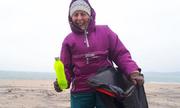 Bà cụ 70 tuổi mỗi tuần dọn một bãi biển cùng con cháu