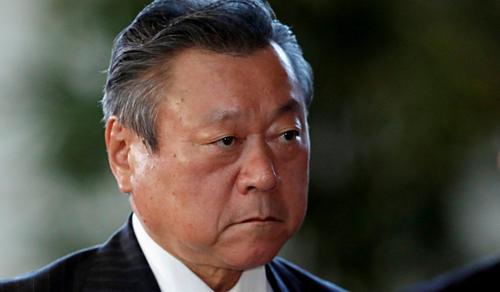 Bộ trường an ninh mạng Nhật BảnYoshitaka Sakurada buộc phải xin lỗi công khai sau khi đến họp muộn 3 phút. Ảnh:Reuters.