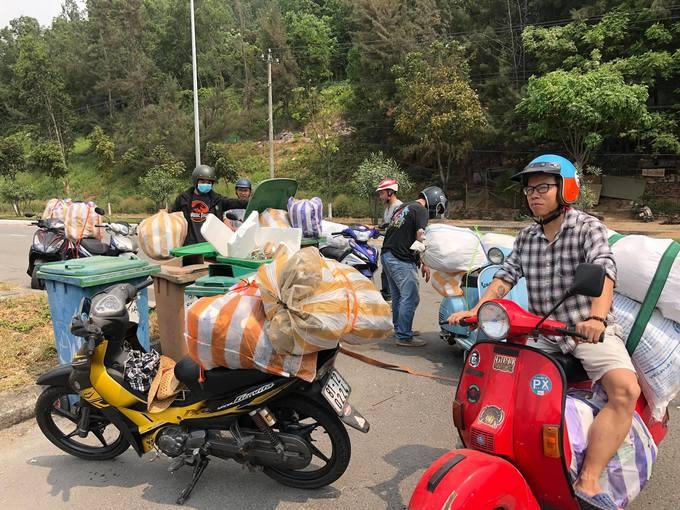 Nhiều người miền Trung dọn rác ở các bãi biển, lưng núi