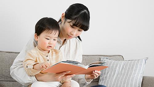 Đọc sách là cách giúp trẻ tìm đến con đường tri thức dễ dàng nhất. Ảnh: Oise.