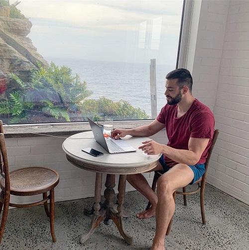 Hầu hết thời gian triệu phú Matthew chỉ ở khách sạn và bên cạnh chiếc laptop của mình. Ảnh: Straits Times.