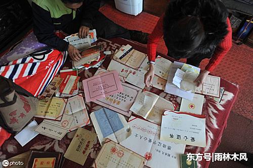 Những tờ giấy chứng nhận cho các lần làm từ thiện của Zhao được ông nâng niu. Ông vừa được vinh danh người tốt tỉnh Liêu Ninh. Ảnh: Xuehua.